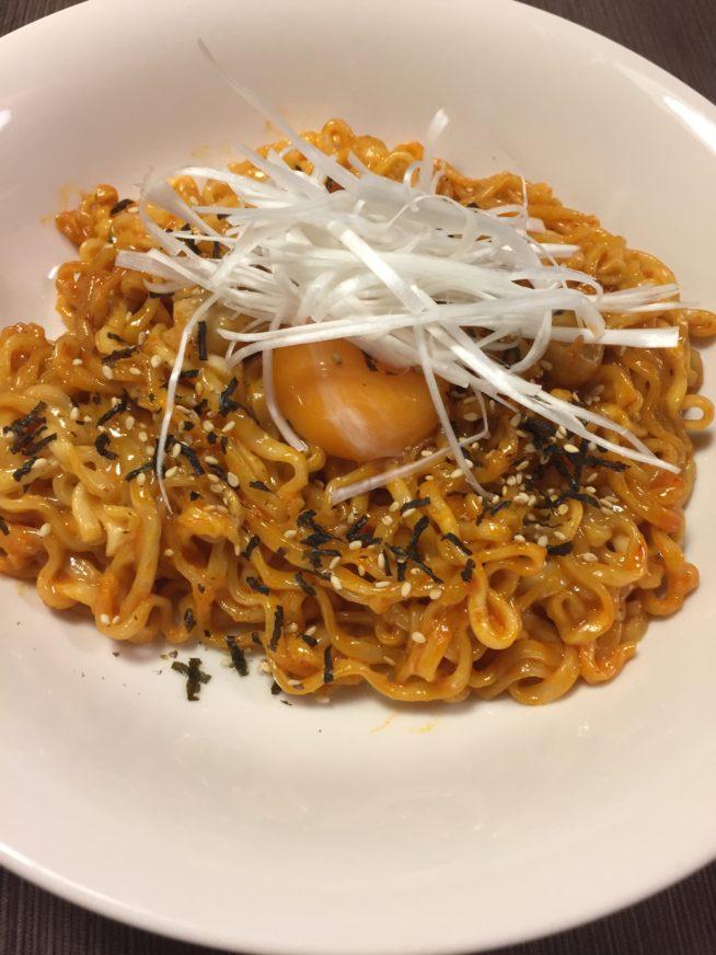 ヘクブルダックポックンミョン 2倍 アレンジ レシピ チーズ 卵 野菜 ソーセージ