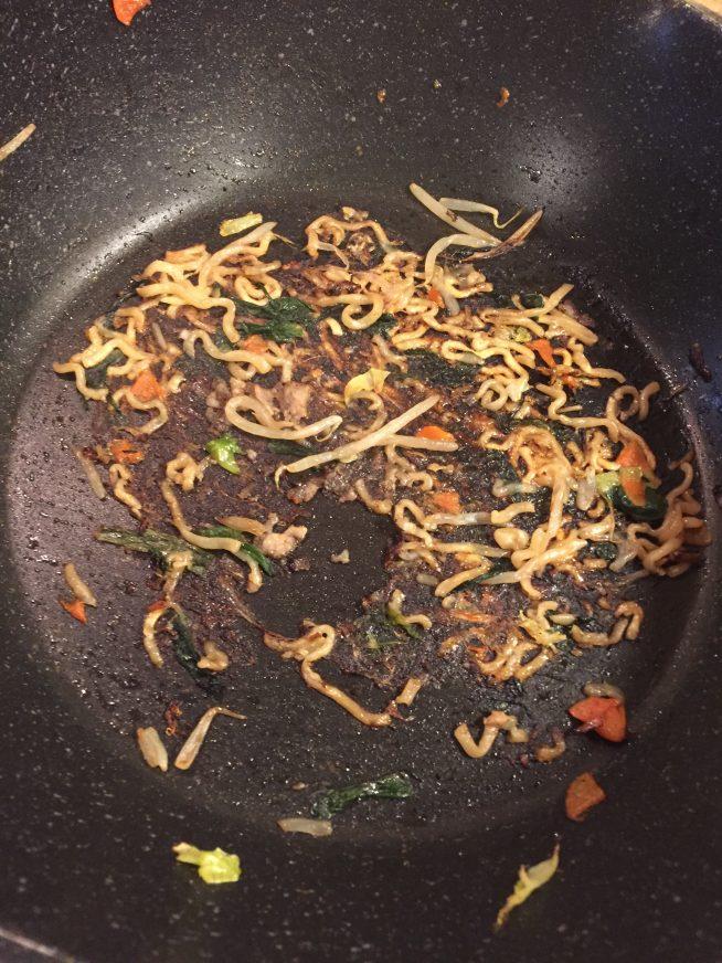 ブルダックポックンミョンで作った焼きそば フライパンの底にくっくいた麺